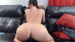 Hourglass figure raven babe Arianna Mae with round ass