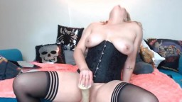 Kinky blond queen Sunny Skye to have fun with your fetishes