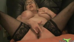 Illinois MILF makes her pussy squirt all over you
