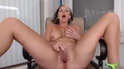 Adorable busty mother Melissa Dawson fucks slit outdoor